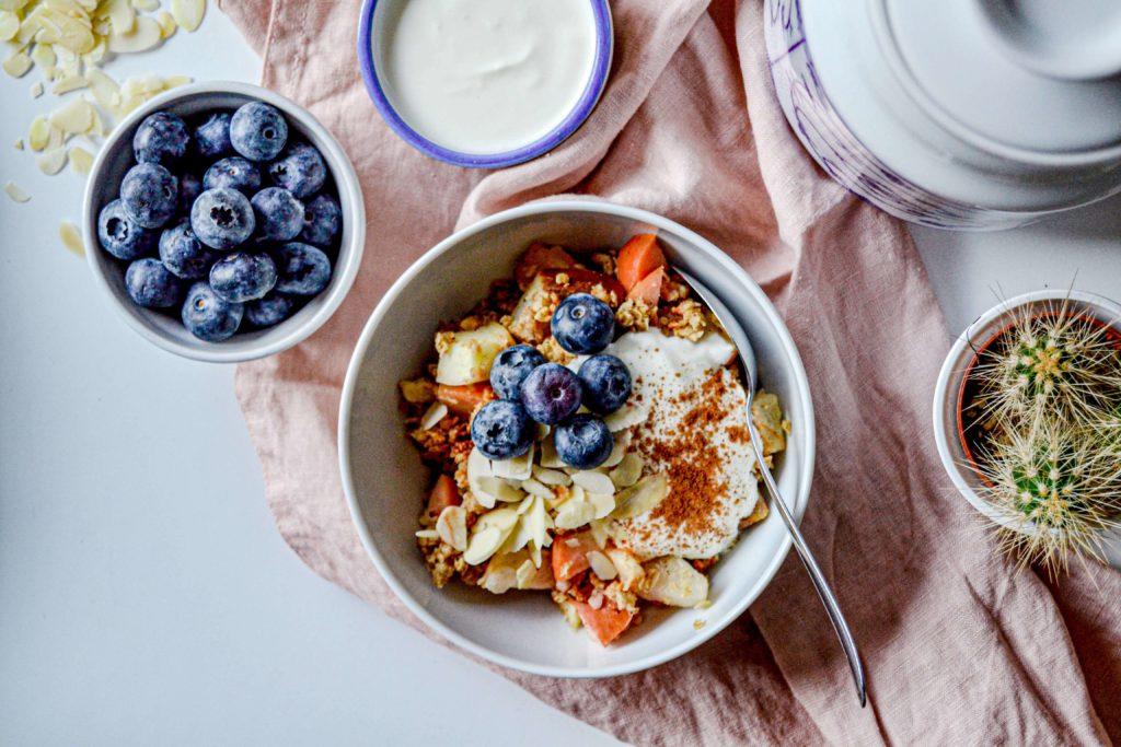 Apple Crumble mit Zimtjoghurt und Heidelbeeren Schüssel