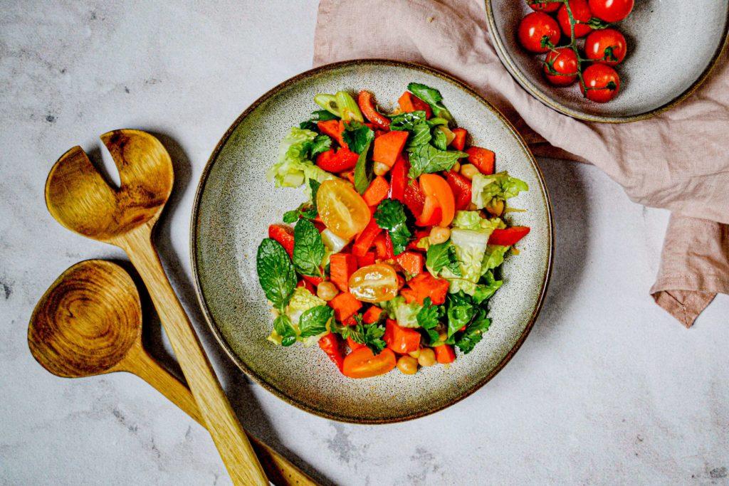 Marokkanischer Sommersalat mit Süßkartoffeln Salatbesteck