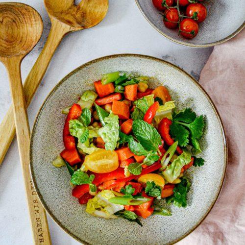 Marokkanischer Sommersalat mit Süßkartoffeln auf Teller